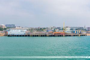 Clarence Pier à Portsmouth, avec son parc d'attraction près duquel part un aéroglisseur pour l'île de Weight. Vue depuis la mer.