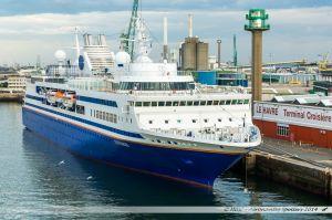 Le MV Explorer de Semester at sea, vue depuis le ferry en manoeuvre d'évitement dans le port du Havre.