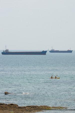 Cargos vraquiers au mouillage dans la baie des Sables dans l'attente d'entrer charger dans le port.