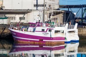 L'Outsider, venu de Morlaix pour la saison de la sole, à quai dans le port de pêche