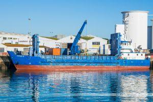 Le Casam IV, cargo assurant l'approvisionnement en marchandises de l'île d'Yeu, en cours de chargement dans le port de Commerce