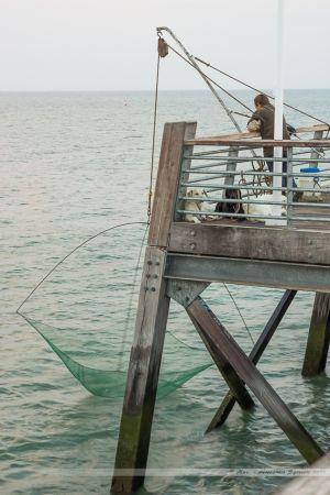 Pêcheurs au carrelet en action sur l'estacade de Saint Jean de Monts