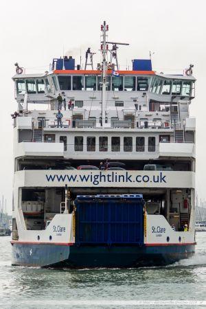 Le ferry St Clare assurant la liaison avec l'île de Wight, en manoeuvre pour rentrer dans le terminal