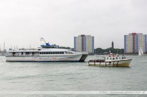Le Catamaran Weight Rider II entrant dans le port de Portsmouth où évolue la vedette Jenny M