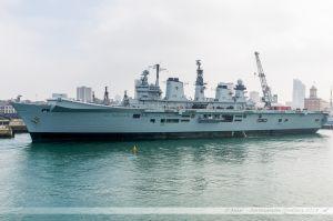HMS Illustrious - R06, porte-avions léger de la Royal Navy dans le port militaire de Portsmouth