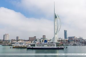 Le ferry St Helen de WightLink en attente sur son ponton face à la Spinnaker Tower de Portsmouth