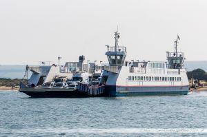 """Bac à chaines """"Bramble Bush Bay"""" assurant la liaison entre les deux rives du port, soit entre Sandbanks et Shell Bay, permettant de rallier Poole à Swanage notamment"""