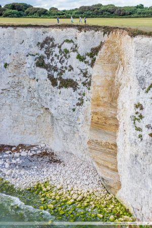 Les différentes strates dans la roche de cette falaise de la Jurassic Coast