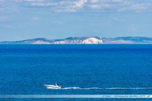 Au large, les falaises de l'Ile de Wight...