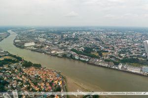 Vu du Ciel : La Loire en aval de Nantes avec au premier plan, le port-village de Trentemoult, et sur l'autre rive, le quartier de Chantenay