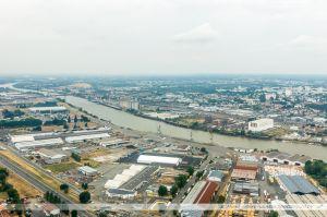 Vu du Ciel : Le terminal à bois de Cheviré, partie du port de Nantes-Saint Nazaire, Sur l'autre rive, la zone industriel du bas-Chantenay. Enfin, enjambant la Loire, le Pont de Cheviré.